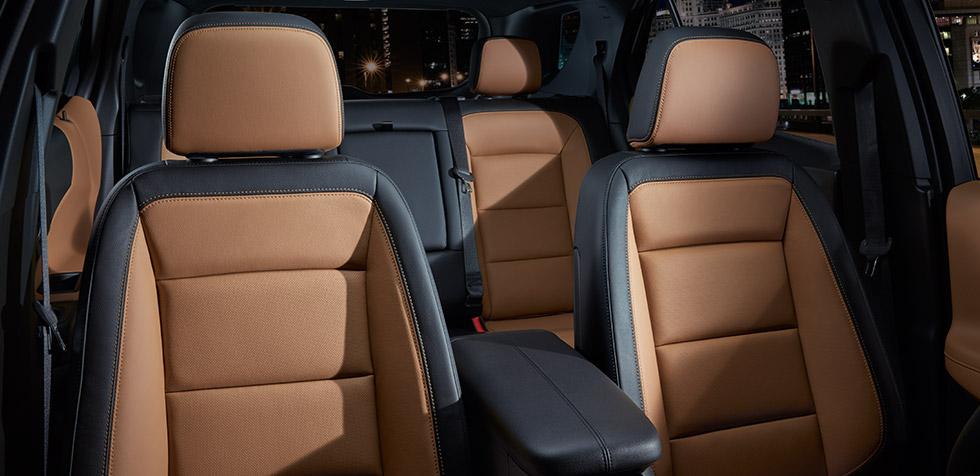 SUV leva quatro passageiros co conforto (o quinto é prejudicado pelo descança-braços traseiro) (Divulgação/Chevrolet)